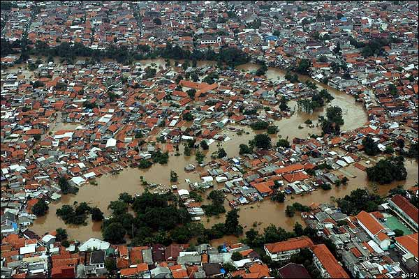 http://www.jakarta.travel/wiki/images/3/3c/The_slums_are_vulnerable_to_flooding.jpg